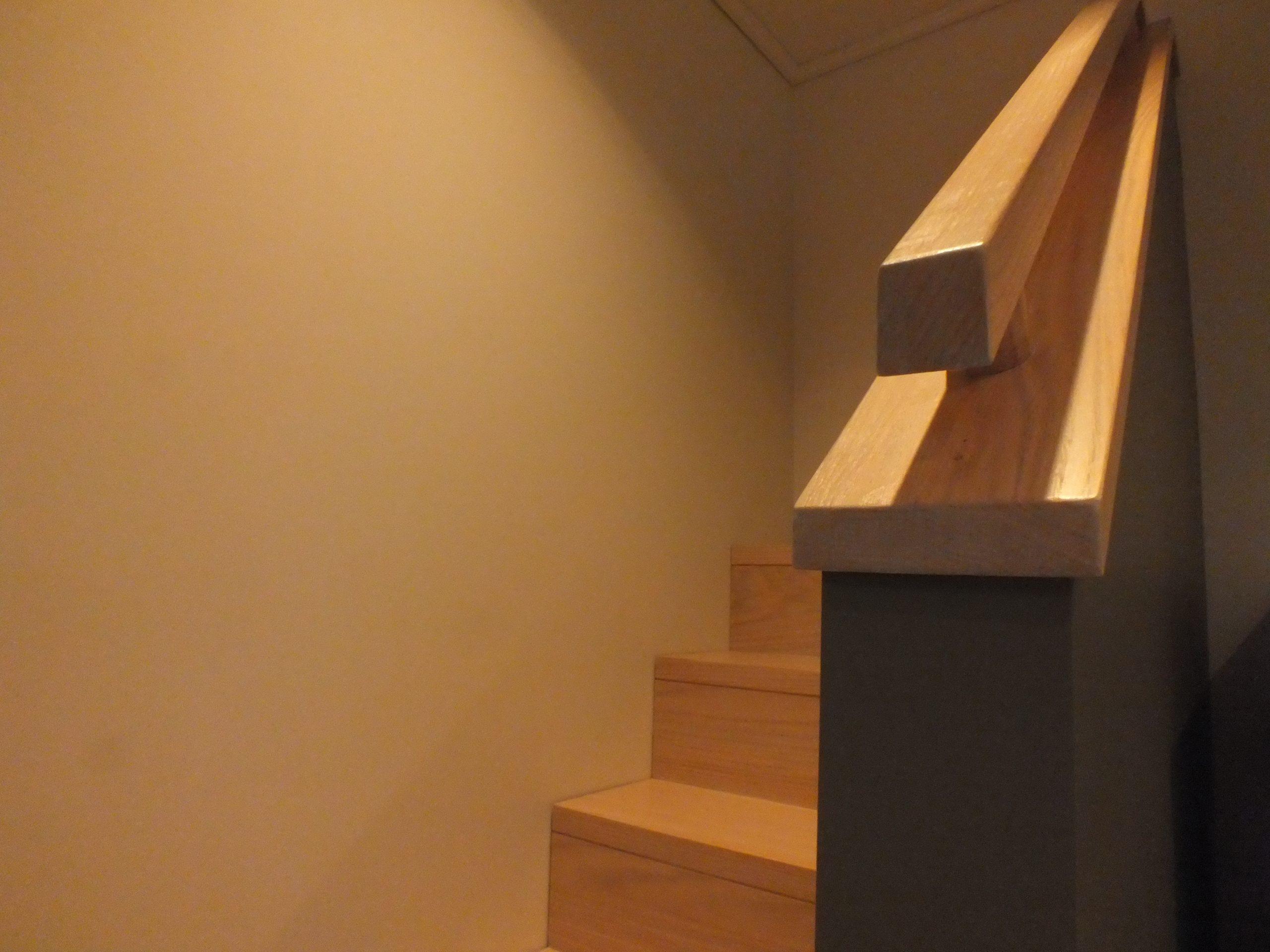 Escalier Bois Entre Deux Murs showroom | menuiserie alain charlier & fils